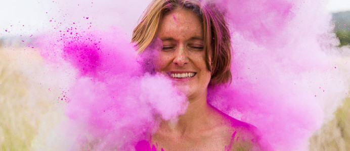 Bunte Hochzeitsbilder vom trash the dress shooting mit Holi Colors